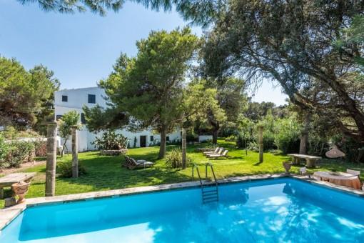 Authentische Finca bei Ciutadella mit großem Grundstück und Pool