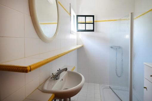 Eins von vier Badezimmern