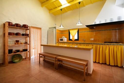Große, gekachelte Küche