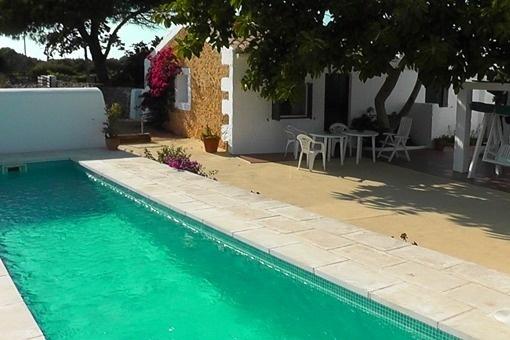 Blick zum Gästehaus und auf den Pool