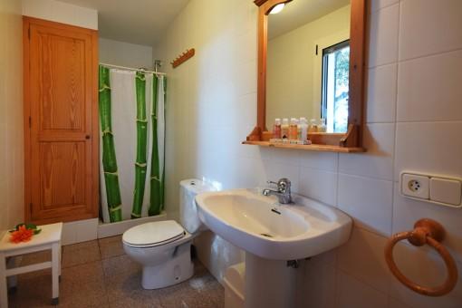 Voll ausgestattetes Badezimmer