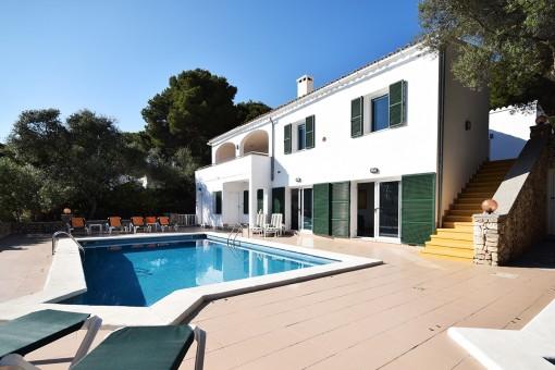Seitlicher Blick auf Villa und Pool