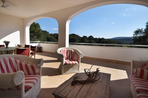 Weitläufige Terrasse mit Sitzbereich