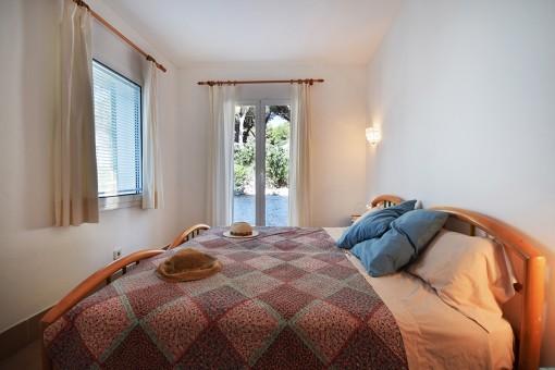 Schlafzimmer mit Zugang zum Außenbereich