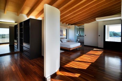 Fantastisches Hauptschlafzimmer mit Ankleidezimmer