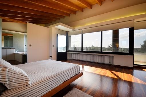 Großzügiges Hauptschlafzimmer mit Panoramablick