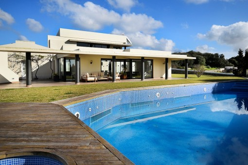Garten mit Pool und Terrassen