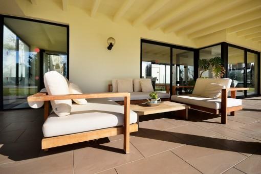 Sonnige Sitzecke auf der Terrasse