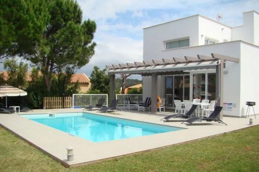 Moderne Villa mit privatem Pool und Ferienvermietlizenz in Son Bou