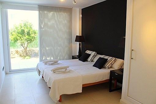 Doppelschlafzimmer mit Zugang zum Garten
