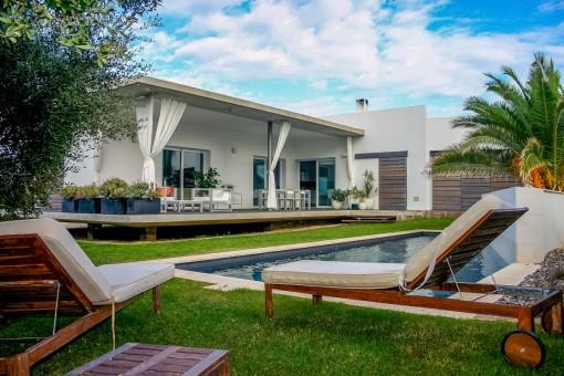 Modernistische Villa mit Garten und Pool in Binibequer