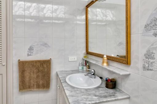 Helles Badezimmer mit Marmorelementen