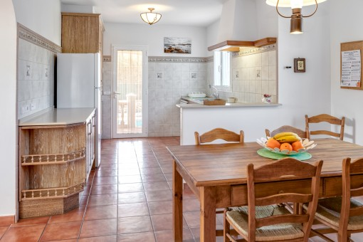 Voll ausgestattete Küche mit Terrassenzugang