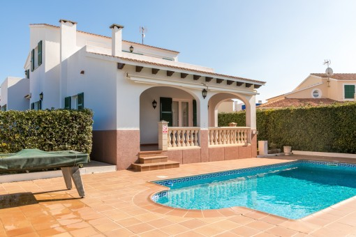 Herrlicher Poolbereich mit Terrasse