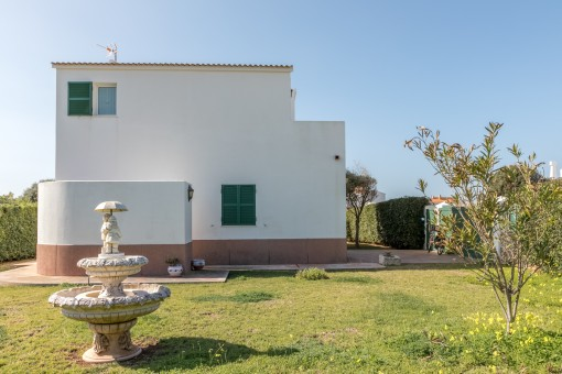 Die Villa befindet sich auf einem 650 qm großen Grundstück