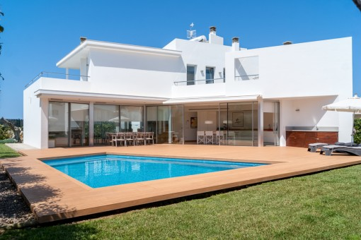 Spektakuläre Villa mit einer modernen Architektur in Cala Blanca