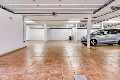 Große Garage des Anwesens