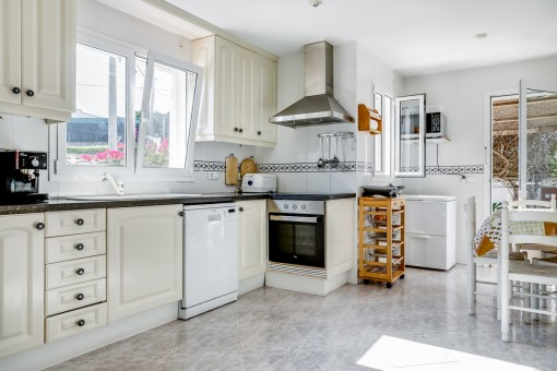Geräumige Küche mit Zugang zum Außenbereich