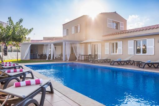 Schöne Villa in Mahon mit Pool und großem Grundstück