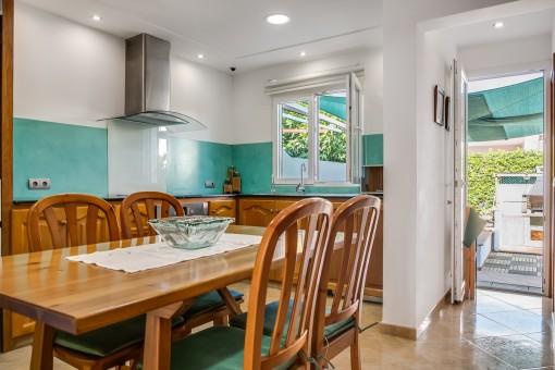 Die Küche verfügt über einen Zugang zum Garten