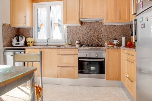 Voll ausgestattete Küche aus Holz