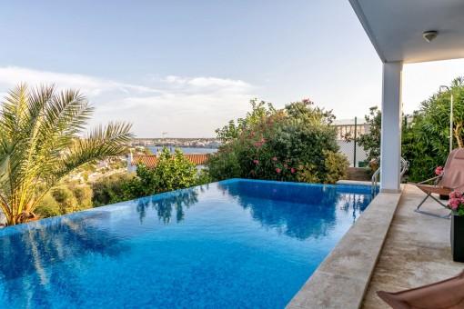 Schönes Chalet in Cala Llonga mit Pool und Blick über den Hafen von Mahon