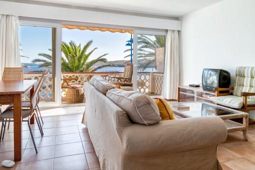 Heller Wohn-und Essbereich mit Meerblick-Terrasse