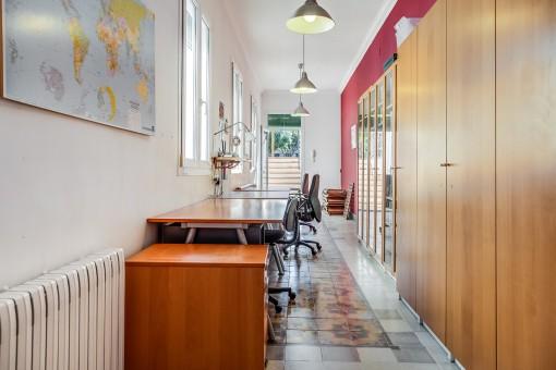 Langes Arbeitszimmer mit Terrassenzugang