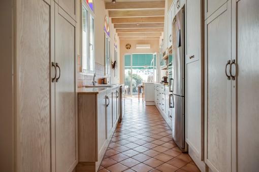 Lichtdurchflutete Küche mit Terrassenzugang