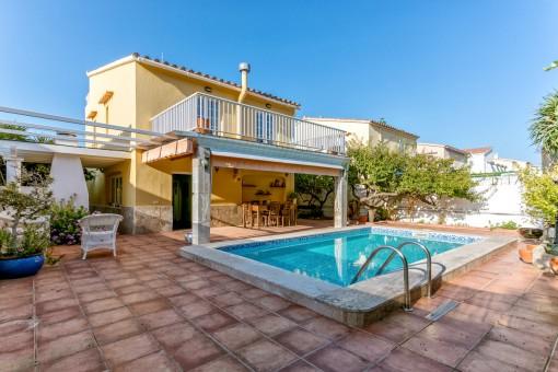 Schönes Haus mit Garten mit Blick auf Calas Fonts in Santa Ana