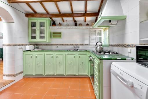 Voll ausgestattete, rustikale Küche