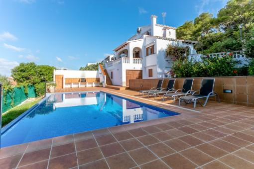 Privater Pool mit Terrasse und Grillbereich