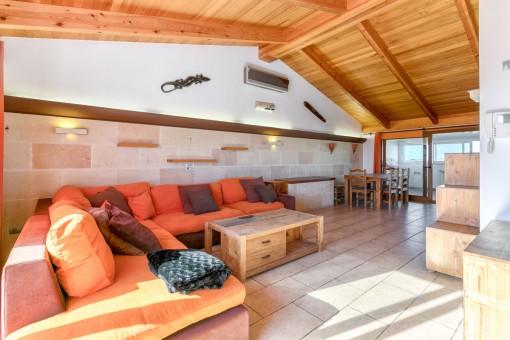 Wohnbereich mit Sandsteinwand und Holzdecke