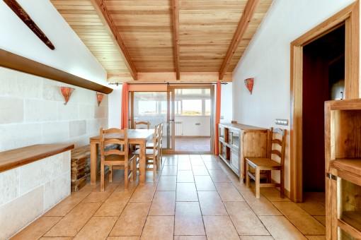 Schöner Essbereich mit Zugang zur Küche