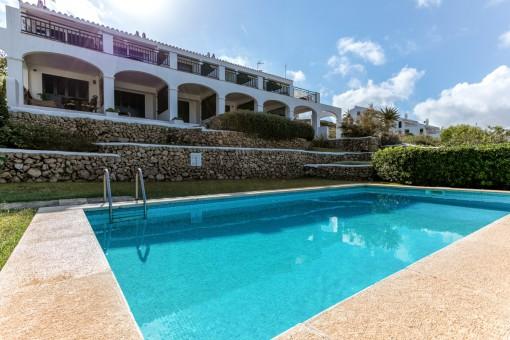Blick vom Pool zum Wohnhaus