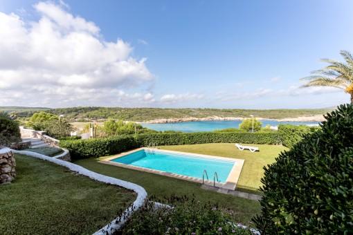 Garten und Pool in erster Meereslinie