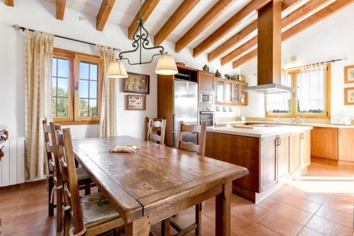 Rustikaler Essbereich und Küche