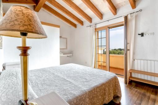 Charmantes Schlafzimmer mit Zugang zum Balkon