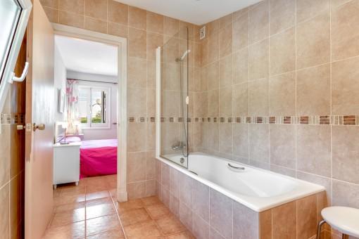 Badezimmer en Suite mit Badewanne