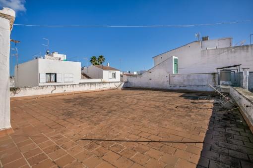 Zweistöckiges Haus mit Patio, Dachterrasse und 2 Wohnungen in Es Castell - zum Renovieren