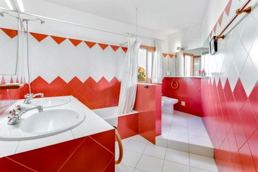 Rotes Badezimmer mit Badewanne