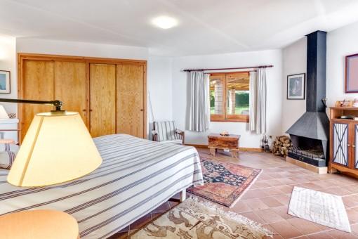 Doppelschlafzimmer mit Kamin