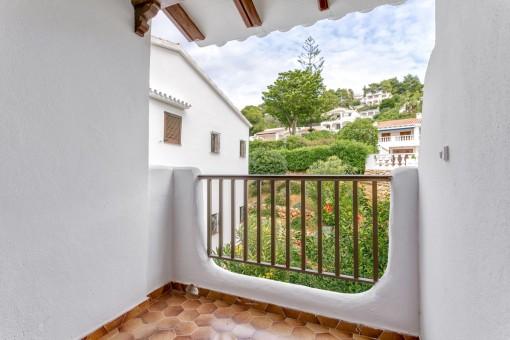 Kleiner Balkon auf der Rückseite des Apartments