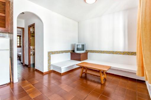 Reizender Wohnbereich mit Fliesenboden