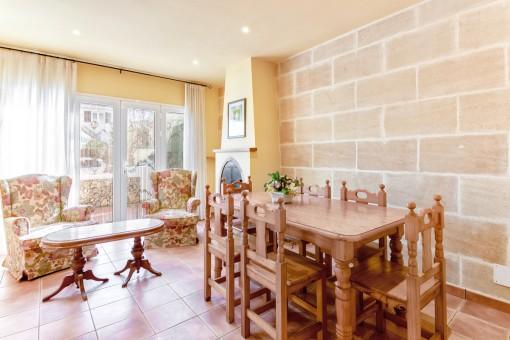 Wohn-und Essbereich mit Kamin