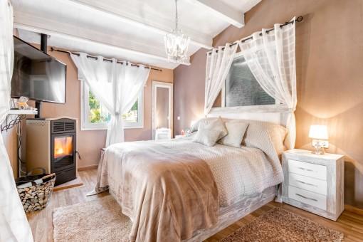 Hauptschlafzimmer mit Kamin