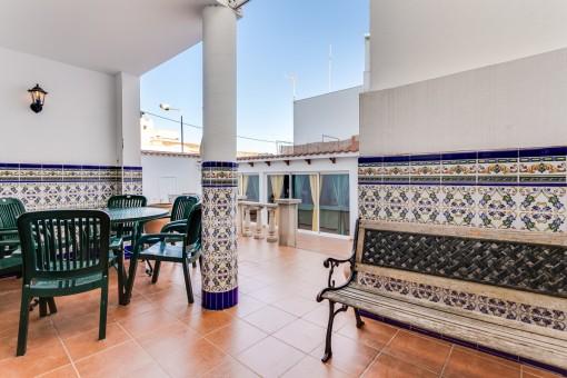 Terrasse mit schön gefliester Wand