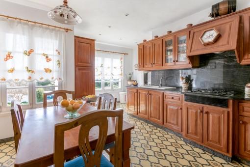 Große Küche mit Essbereich
