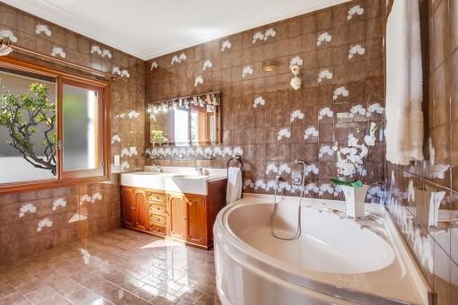 Charmantes Badezimmer mit Badewanne