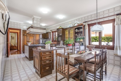 Zweite Küche mit Kochinsel